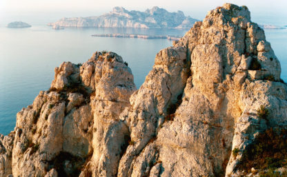 Feuilletage-Calanques-soleil-sur-rochers